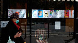 Une femme dans une rue de Paris, le 1er mai 2020. (JULIEN MATTIA / ANADOLU AGENCY / AFP)