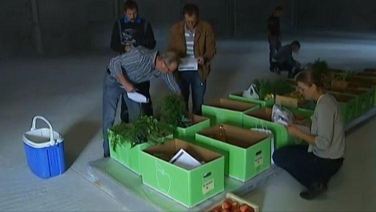 Des clients viennent retirer leurs produits commandés sur le drive fermier 82, àMontauban (Tarn-et-Garonne), en octobre 2013. (FRANCE 2 / FRANCETV INFO)