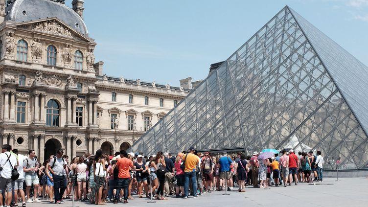 La queue en extérieur au musée du Louvre, devant la pyramide.  (Miguel Medina / AFP)