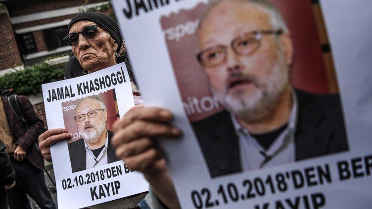 Des manifestants brandissent le portrait du journaliste saoudien Jamal Khashoggi, le 9 octobre 2018 à Istanbul (Turquie). (OZAN KOSE / AFP)