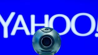 Une illustration du logo de l'entreprise Yahoo! accompagné d'une webcam, le 28 février 2014, à Berlin, en Allemagne. (DANIEL BOCKWOLDT / DPA)