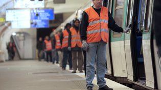 """Des employés de la RATPlors d'une """"grève du zèle"""", en 2009, à l'occasion d'une journée de grève générale d'opposition à Nicolas Sarkozy. (FRANCOIS GUILLOT / AFP)"""