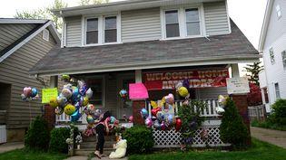 La maison d'une des trois jeunes femmes enlevées, le 7 mai 2013 à Cleveland (Ohio, Etats-Unis), où des habitants sont venus déposer des peluches et des ballons, pour saluer son retour. (EMMANUEL DUNAND / AFP)