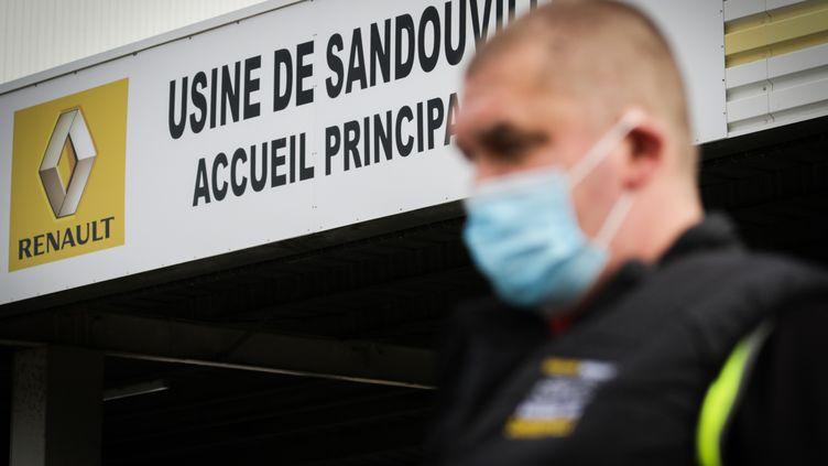 Un salarié masqué quitte l'usine Renault de Sandouville (Seine-et-Maritime), le 22 mai 2020. (LOU BENOIST / AFP)