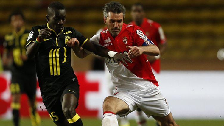 Le Lillois Gueye au contact avec le Monégasque Jérémy Toulalan (VALERY HACHE / AFP)