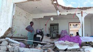"""Louisa dans les ruines de sa maison de Sandy Ground, à Saint-Martin, après le passage d'Irma (""""Envoyé spécial"""") (FRANCE 2 / FRANCETV INFO)"""
