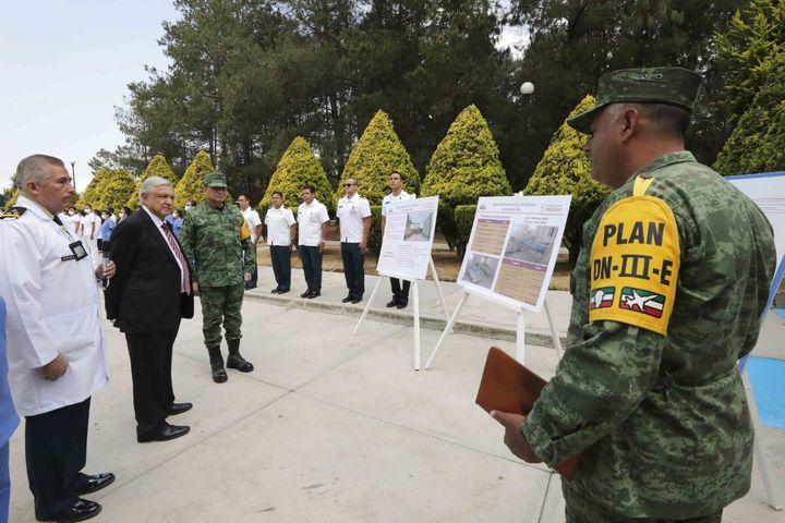 Le président mexicain Andres Manuel Lopez Obrador et le général Luis Cresencio Sandoval Gonzalez, secrétaire à la défense nationale lors de la visite à l'hôpital militaire de Temamatla pour les patients atteints de coronavirus, à Temamatla, au Mexique, le 3 avril 2020. (- / MEXICAN PRESIDENCY)