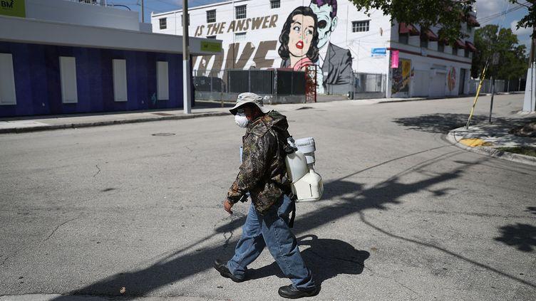 Un inspecteur du comté de Miami-Dade s'apprête à pulvériser de l'insecticide afin de lutter contre la propagation du virus du Zyka, dans le quartier de Wynwood à Miami (Etats-Unis), le 30 juillet 2016. (JOE RAEDLE / GETTY IMAGES NORTH AMERICA / AFP)