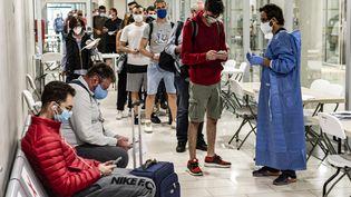 Des passagers soumis à un contrôle de symptômes du Covid-19 à l'aéroport international Lamaca de Chypre, en juin 2020. (IAKOVOS HATZISTAVROU / AFP)