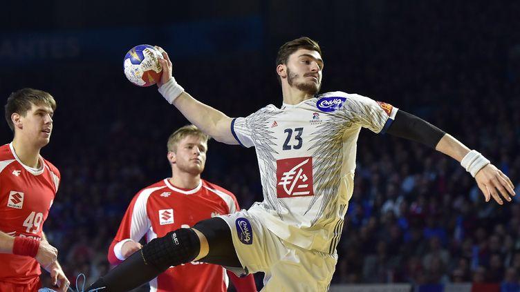 Le pivot français Ludovic Fabregas contre la Pologne, jeudi 19 janvier 2017, lors du dernier match de groupe du Mondial de handball. (LOIC VENANCE / AFP)