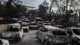 Des voitures brulées à Mati, en Grèce, après un incendie, le 24 juillet 2018. (ANGELOS TZORTZINIS / AFP)