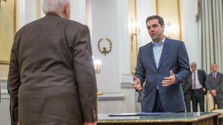 Alexis Tsipras, le Premier ministre grec, prête serment devant le président de la République Carolos Papoulias, le 26 janvier 2015. (MICHAEL KAPPELER / DPA)