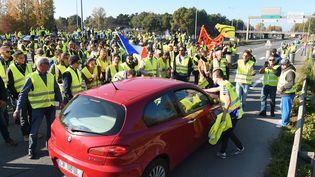 """Des gens bloquent une rocade lors d'une manifestation de """"gilets jaunes"""" contre la hausse des carburants, le 17 novembre 2018 à Bordeaux (Gironde). (NICOLAS TUCAT / AFP)"""