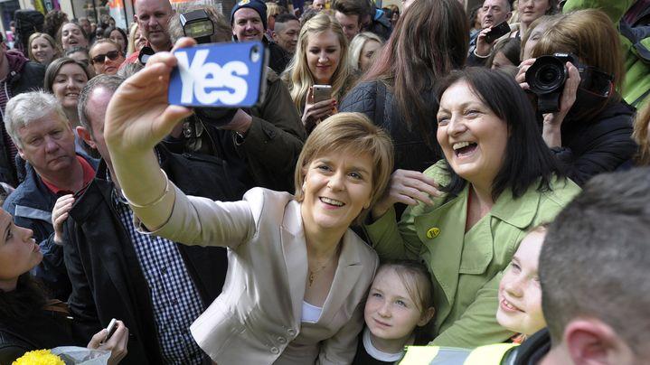 Nicola Sturgeon se prête au jeu du selfie, à Glasgow, le 25 avril. (ANDY BUCHANAN / AFP)