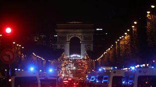 Les Champs-Elysées et l'arc de triomphe, le 10 novembre 2018, à la veille de la cérémonie du centenaire de l'armistice, à Paris. (LUDOVIC MARIN / AFP)