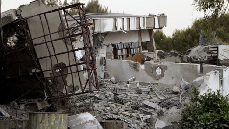 Bâtiment regroupant des bureaux du dictateur libyen Mouammar Kadhafi détruit par un raid de l'OTAN le 25 avril 2011 (AFP - JOSEPH EID)