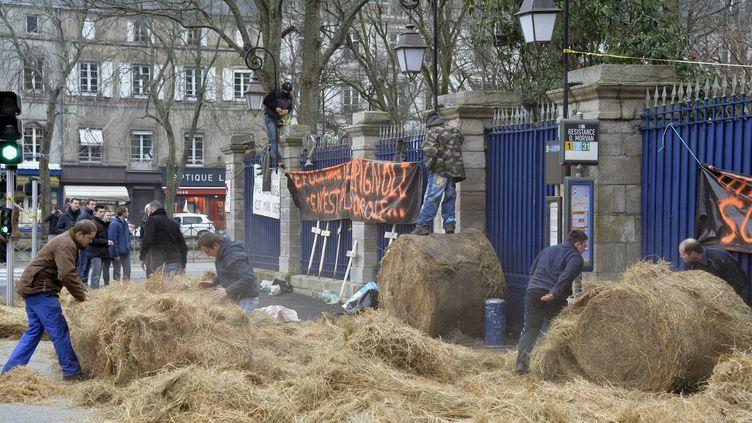 Des agriculteurs manifestent devant la préfécture de Quimper (Finistère), mercredi 20 janvier 2016. (MAXPPP)