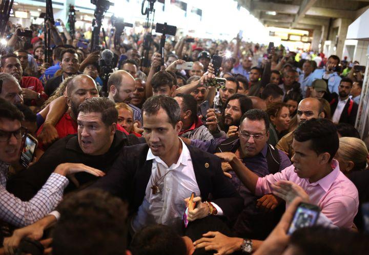 Le président de l'Assemblée nationale Juan Guaido lors de son retour au Venezuela, mardi 11 février 2020 à l'aéroport de Maiquetia. (CRISTIAN HERNANDEZ / AFP)