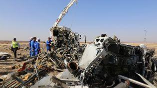 Le site du crash de l'avion russe dans le désert du Sinaï, en Egypte, lundi 2 novembre 2015. (RUSSIA'S EMERGENCY MINISTRY / AFP)