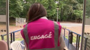 Ehpad : des hôtesses de l'air bénévoles aident à accueillir les familles (FRANCE 3)