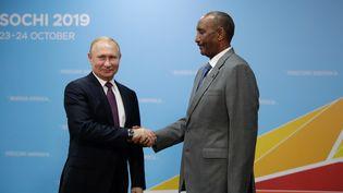 Le président russe Vladimir Poutine et le président du Conseil de souveraineté du Soudan Abdel Fattah al-Burhan lors du sommet Russie-Afrique à Sotchi. Le 23 octobre 2019. (Mikhail Metzel / POOL / Sputnik via AFP)