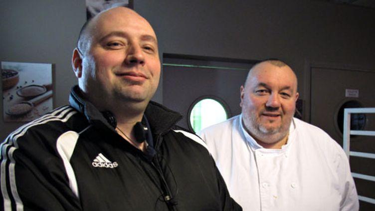 André (à gauche) pose avec son chef Benoît, le 13 février 2013, dans le restaurant d'insertion où il travaille à Amiens (Somme) depuis sa sortie de prison en octobre 2012. (YANN THOMPSON / FRANCETV INFO)