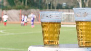 Gobelets de bière près d'un terrain de football (photo d'illustration) (FABIAN KRAUSE / GETTY IMAGES)