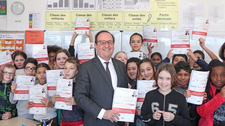 """L'ancien président de la République François Hollande dans une classe à Mulhouse le 7 février 2020 présente son livre pour la jeunesse """"Leur République"""" (Glénat) (DAREK SZUSTER / MAXPPP)"""