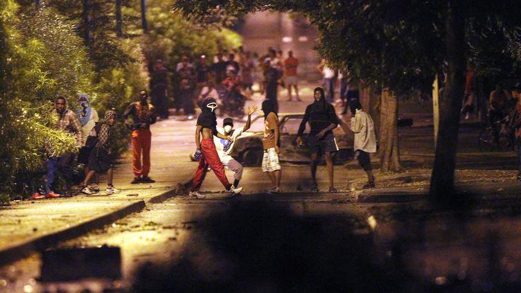 Des manifestants dans le quartier du Chaudron, le 23 février 2012 à Saint-Denis (La Réunion). (RICHARD BOUHET / AFP)