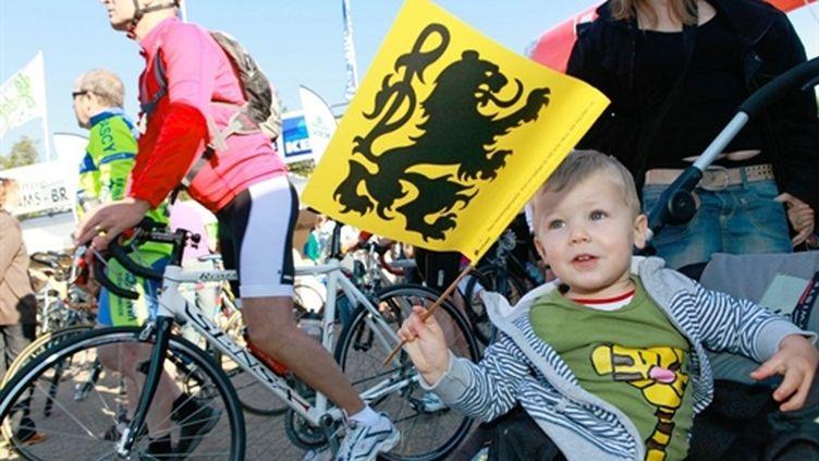 Un enfant brandit un drapeau flamand à Rhodes-Saint-Genèse (sud de Bruxelles) lors d'une manif néerlandophone (05/09/10) (AFP / Bas Bogaerts)