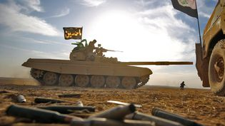 Un char des forces irakiennes à environ 30 kilomètres de Mossoul, le 21 octobre 2016. (AHMAD AL-RUBAYE / AFP)
