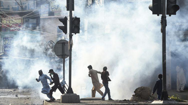 Des heurts entre partisans du parti islamiste radical TLP et les forces de police pakistanaises à Lahore (Pakistan), le 13 avril 2021. (ARIF ALI / AFP)
