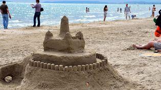 Un château de sable sur une plage de La Grande-Motte (Hérault), le 29 mai 2013. (JEAN-FRANÇOIS FREY / MAXPPP)