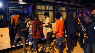 Des migrants de nouveau arrêtés par des forces de sécurité libyennes après avoir tenté de fuir un centre de détention à Tripoli (Libye), le 8 octobre 2021. (HUSSAM AHMED / AFP)