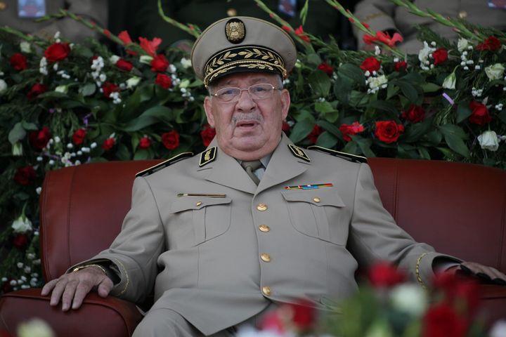 Le chef d'état-major de l'armée algérienne, Ahmed Gaïd Salah,lors d'unecérémonie de remise des diplômes de l'Académie militaire de Cherchell, à 112 kilomètres à l'ouest d'Alger, en 2013. (MOHAMED BASHER ZAMRY / ANADOLU AGENCY)