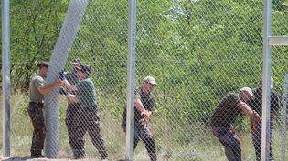 Des soldats hongrois construire la première section de la clôture pour empêcher les migrants clandestins d'entrer en Hongrie près de Morahalom le 16 Juillet 2015 (ATTILA VOLGYI / NURPHOTO / AFP)