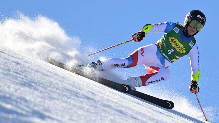 La Suisse Lara Gut-Behrami a maîtrisé la première manche du slalom géant féminin lors de la Coupe du monde de ski alpin à Soelden, en Autriche, le 23 octobre 2021. (JOE KLAMAR / AFP)