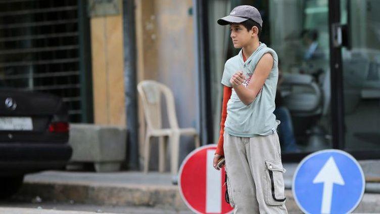 Un enfant syrien, brûlé au bras, mendie dans une rue de Beyrouth, le 16 Février 2015. (JOSEPH EID / AFP)