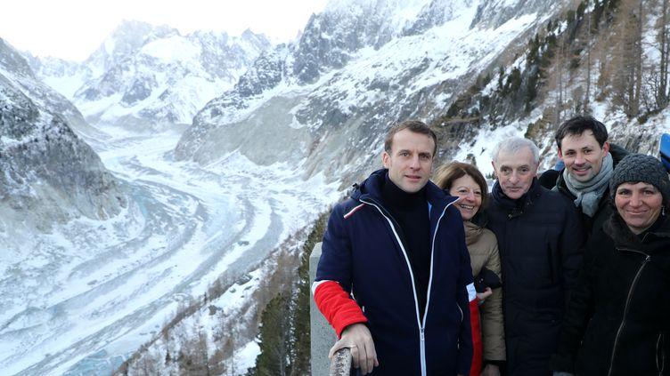 Le président Emmanuel Macron accompagnés de plusieurs scientifiques spécialistes du climat, posent devant la mer de Glace (Haute-Savoie), le 13 février 2020. (LUDOVIC MARIN / AFP)