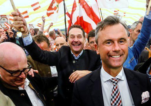 Le candidat du FPÖ, Norbert Hofer (à droite de la photo), le 1er mai 2016à Linz (nord de l'Autriche) (REUTERS - Dominic Ebenbichler)