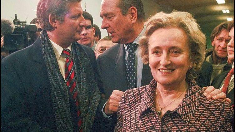 Jacques Chirac, accompagné de Bernadette, discute avec Patrick Sébastien à Tulle, en Corrèze, en 1997. (FRANCOIS GUILLOT / AFP)