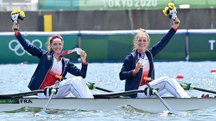 Laura Tarantola et Claire Bovefières de leur médaille d'argent dans l'épreuve du deux de couple ploids léger, le 29 juillet à Tokyo. (GUO CHEN / XINHUA / AFP)