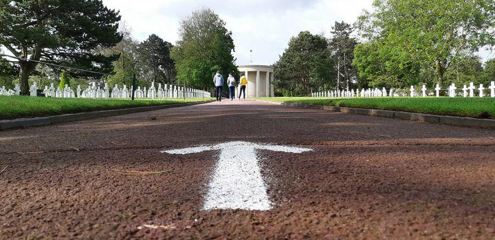 Un sens de visite a été mis en place pour éviter que les gens se croisent dans le cimetière américain de Colleville-sur-Mer, le 5 juin 2020. (BENJAMIN  ILLY / FRANCE-INFO)