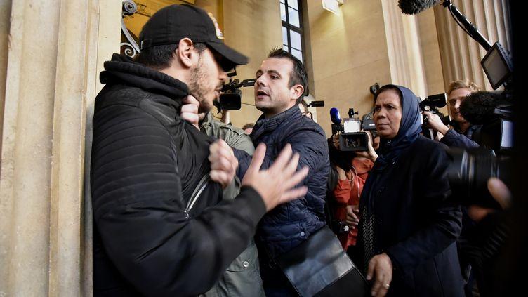 Un homme est éconduit par un officier de sécurité après avoir vivement bousculé Latifa Ibn Ziaten (à droite), jeudi 2 novembre 2017 à Paris. (PATRICE PIERROT / CITIZENSIDE / AFP)