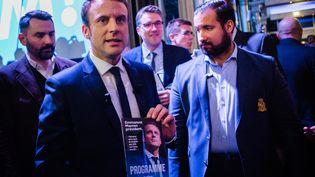 Alexandre Benalla, présent aux côtés d'Emmanuel Macron, le jour lors de la conférence de presse de présentation de son programme présidentiel, le 2 mars 2017, à Paris. (AURELIEN MORISSARD / MAXPPP)