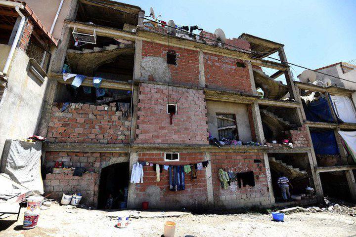 Des migrants subsahariens squattent un chantier abandonné à Alger. C'est dans leurs refuges improvisés et sur les lieux de travail que la police procède à leur arrestation depuis le 1er décembre 2016. (Photo AFP/farouk batiche)