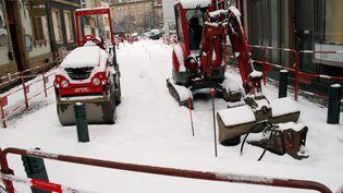 Des engins de chantier sous la neige à Thionville, le 11 février 2013. (JULIO PELAEZ / MAXPPP)