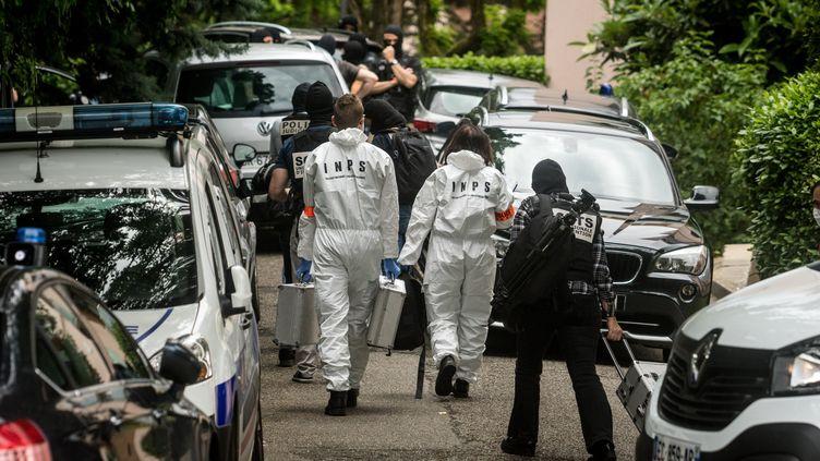 Des policiers à Oullins, près de Lyon, où se trouve le domicile du principal suspect, le 27 mai 2019. (NICOLAS LIPONNE / AFP)