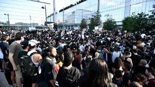 Des milliers de manifestants se sont réunis devant le tribunal de Parisà l'appel du comité de soutien à la famille d'Adama Traoré, mardi 2 juin 2020. (STEPHANE DE SAKUTIN / AFP)