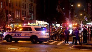 Une voiture de police sur le lieu de l'explosion survenue le 17 septembre 2016 à New York (Etats-Unis). (JAMIE MCCARTHY / GETTY IMAGES NORTH AMERICA / AFP)